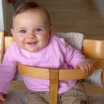 Glad baby smiler til kameraet