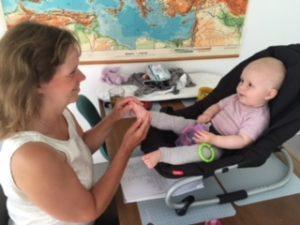 Babyzoneterapi fik sat gang i denne lille piges mave.
